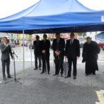 Po lewej przemawiający dyrektor Mosińskiego Ośrodka Kultury, po prawej przedstawiciele władz Gminy Mosina i proboszcz mosińskiej parafii.