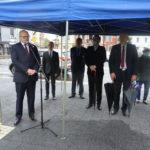 Po lewej przemawiający Burmistrz Gminy Mosina Pan Przemysław Mieloch, po prawej przedstawiciele władz gminy i mieszkańcy.