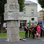 """Delegacje składające kwiaty przed """"Pomnikiem pamięci""""."""