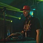 Na scenie DJ-ej przed konsolą.
