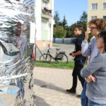 Roman Bromboszcz okleja słup ogłoszeniowy przy Mosińskim Ośrodku Kultury