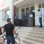 Roman Bromboszcz okleja słup ogłoszeniowy przy Mosińskim Ośrodku Kultury w Mosinie