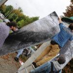 Artysta pracuje słupie ogłoszeniowym w Mosinie