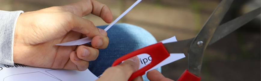 Dłonie wycinjące napis do projektu Romana Bromboszcza