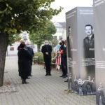 Władze samorządowe przy ekspozycji przedstawiającej sylwetki rozstrzelanych 20 października 1939 roku
