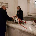 Burmistrz Gminy Mosina i Wiceprzewodniczący Rady Miejskiej składają kwiaty na grobie Edwarda Raczyńskiego w Rogalinie