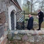 Burmistrz Gminy Mosina i Wiceprzewodniczący Rady Miejskiej przed grobem Edwarda Raczyńskiego w Rogalinie