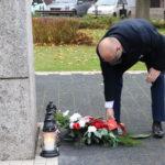 Burmistrz Gminy Mosina składa wiązankę kwiatów przed Pomnikiem Pamięci