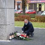 Zastępca Burmistrza Gminy Mosina składający znicz przed Pomnikiem Pamięci