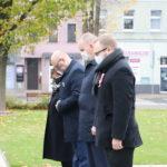 Delegacja władz samorządowych Gminy Mosina przed Pomnikiem Pamięci