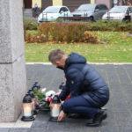 Złożenie wiązanki kwiatów przez dyrektora Mosińskiego Ośrodka Kultury przed Pomnikiem Pamięci