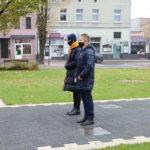 Dyrekcja Mosińskiego Ośrodka Kultury przed Pomnikiem Pamięci