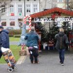 Mieszkańcy przed chatką Mikołaja