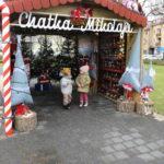 Dwoje dzieci stojących w chatce Mikołaja