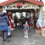 Kobieta i dwoje dzieci przed chatką Mikołaja