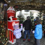 Dzieci przed skrzynką na listy do Św. Mikołaja