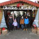 Osiem osób przed chatką Mikołaja