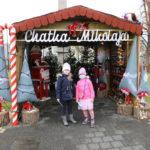 Dwie dziewczynki przed chatką Mikołaja