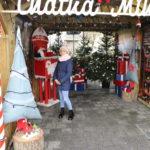 Dziewczyna stojąca przy skrzynce na listy do Św. Mikołaja w chatce Mikołaja