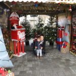 Matka z dzieckiem kucający w chatce Mikołaja