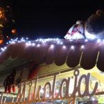 Wieczór, podświetlony dach chatki Świętego Mikołaja