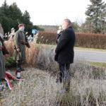 Złożenie kwiatów i znicza przy kamieniu pamięci Piotra Mocka przez władze gminy