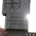 Tablica upamiętniająca Powstańców Wielkopolskich na Pomniku Pamięci na mosińskim rynku