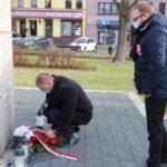 Złożenie kwiatów i zniczy przez władze gminy przy Pomniku Pamięci na mosińskim rynku