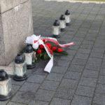 Wiązanka kwiatów i znicze przed Pomnikiem Pamięci na mosińskim rynku