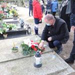 Złożenie kwiatów i zniczy przez władze gminy na grobie Piotra Mocka
