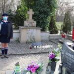Warta ZHP przy mogile rozstrzelanych na cmentarzu parafialnym w Mosinie