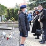 Złożenie kwiatów i zniczy przez władze gminy, na mogile rozstrzelanych