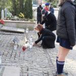 Złożenie kwiatów i zniczy przez przedstawicieli Urzędu Miejskiego i MOK, na mogile rozstrzelanych
