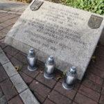 Tablica upamiętniająca mosińskich powstańców na cmentarzu parafialnym