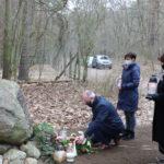 Przedstawiciele władz Gminy Mosina podczas składania kwiatów przed obeliskiem płk. Stanisława Kasznicy.
