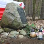 Obelisk upamiętniający postać płk. Stanisława Kasznicy. Widok z prawej. Zbliżenie.