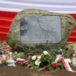 Obelisk upamiętniający postać płk. Stanisława Kasznicy. Zbliżenie na płytę pamiątkową z tekstem.