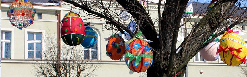 Papierowe ozdoby w formie jaj wielkanocnych wiszące na drzewie