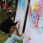 Dzieci malujące na płótnie