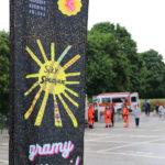 Banner zespołu Siły Specjalne, w tle karetka