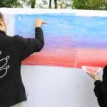 Młodzież malująca na płótnie