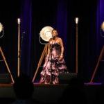 Śpiewaczka na scenie w balowej sukni