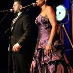Śpiewak i śpiewaczka na scenie