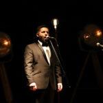 Śpiewak tenor na scenie