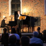 Pianista i śpiewak na scenie, zbliżenie