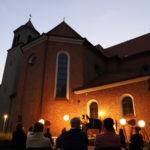 Podświetlony kościół, scena i widzowie, widok od dołu