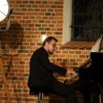 Pianista na scenie, zbliżeniee