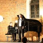 Śpiewak i pianista na scenie, zbliżenie